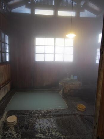 しかし「湯治」は、古くから日本にある医学的に認められた医療法のひとつとなっており、自身に合った効能のある温泉に長期間浸かり、治療や療養を目的としているので、観光を目的とした一般的な温泉旅行とは異なっています。