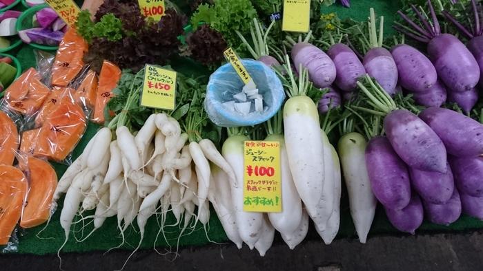 レンバイが面白いのは、商品も人々も全体的に若々しく、活気が感じられること。そして、野菜の種類の多さです。道の駅等のように販売量は多くはありませんが、種類は豊富です。 【一般的のスーパーではお目にかかれない珍しい野菜が多かれる。白あり、赤あり、紫ありと、大根一つとっても色とりどり。調理法も気軽に教えて貰える。】