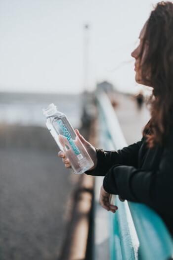 ウォーキング時の水分補給は、歩き始める30~60分前に飲むこと。そしてウォーキング中は、15~20分ぐらいの間隔で時間を決めて喉が渇く前に飲むことがポイントです。コーヒーやお茶などカフェインの入った飲み物や糖分の入ったジュースなどではなく、水がおすすめです。