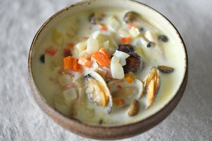 あさりがたっぷり入ったクラムチャウダー。魚介のうま味と野菜の甘味、ミルクの味わいを楽しめます。あっさりめに仕上がるレシピなので、朝食にもおすすめ。