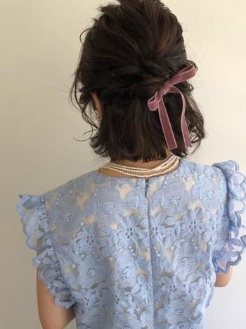 サイドの髪を後ろでひとつにまとめ、くるりんぱしてリボンをプラスするだけでも、簡単でおよばれにもピッタリ。