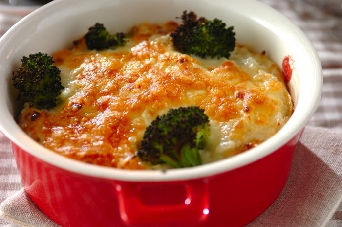 鶏もも肉をごろっと入れたドリアは食べ応え抜群。ブロッコリーも入れて栄養と彩りをプラスしましょう。