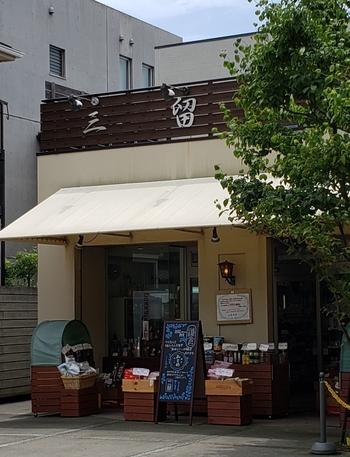長谷駅から、徒歩5分ほど。「鎌倉文学館」の近く、坂の下の「三留商店」は、明治15年創業の老舗。別荘街の客の要望に応えて、創業当時から珍しいものを積極的に取り寄せる食料品店として、名を馳せてきた有名店です。