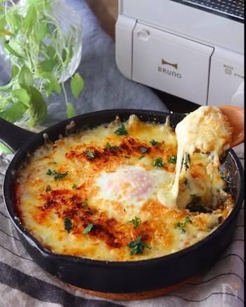 スキレットで作るドリアなら見た目もおしゃれで洗い物が少なく、ランチにもぴったりです。チーズたっぷりで食べ応えがあり、さらに卵もとろ~りでおいしいこと間違いなし!