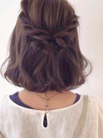 くるりんぱと三つ編みのハーフアップを重ねることで、およばれヘアに。