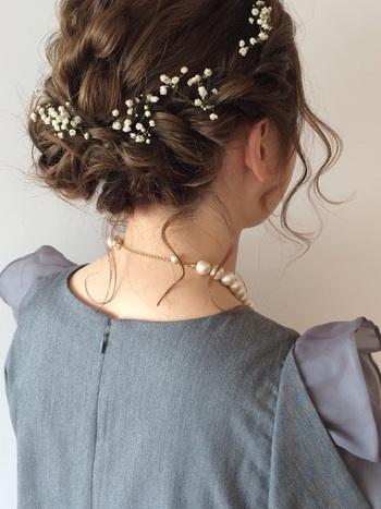 サイドの髪をねじってまとめたアレンジは、女の子らしくとても可愛いですが、小花をヘアアクセサリーのように付けることで、可憐な可愛らしさに。