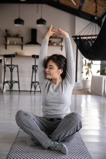 意識的に深く呼吸をすることには、脳の活性化を促し、気分をスッキリさせる効果があります。仕事中や家の中でも気軽にできるため、疲れたときなどには積極的に取り入れていきましょう。また1日5分でもいいので、瞑想タイムを設けるとさらに効果が得られるはずですよ。