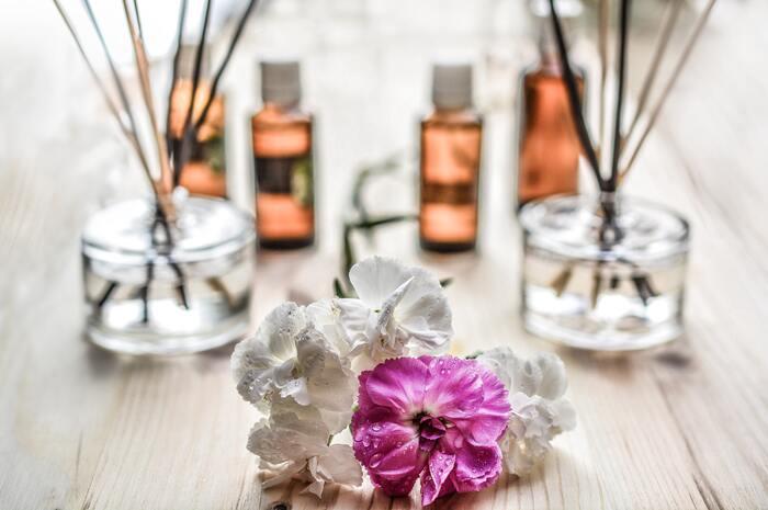アロマの芳香成分は自律神経やホルモンのバランスを整えてくれる働きがあり、心身のトラブルを解決してくれます。気分が暗く沈んでいるときは柑橘系のさわやかな香りで明るく前向きに、イライラしているときには鎮静作用のあるラベンダーやヒノキの香りなど、その時々の自分に合わせて香りを選びましょう◎