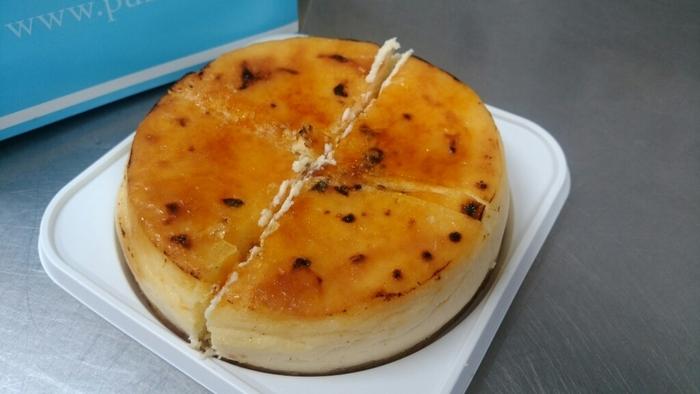 沖縄のチーズケーキ専門店PUZO(プーゾ)の「マンハッタンの恋」は、すっきりとした後味が特徴のデンマーク産クリームチーズを使用しています。なめらかな口当たりの生地を湯せん焼きしていて、しっとりとろけるような食感がたまりません。