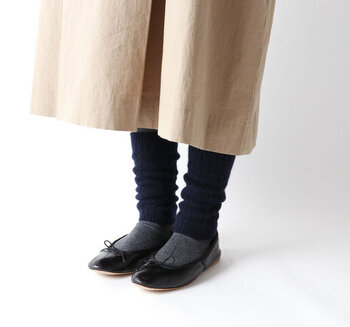レッグウォーマーは、足首を温めてくれる便利なアイテム。寒い時期にタイツやスパッツに重ねると防寒にも◎こちらのアイテムは、程よい丈感&ケーブル編みのさりげないデザインで、マンネリになりがちな冬のコーデにスパイスを与えています。