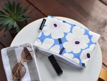 """青と白とピンクの組み合わせが、爽やかな印象を与える""""MINI UNIKKO""""柄のポーチです。シンプルな長方形型で、さまざまなものを収納できるサイズ感。デイリー使いや旅行など、あらゆる場面で活躍してくれます。"""