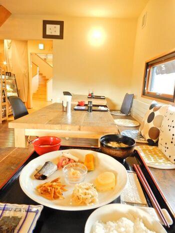 北海道内の食材を豊富に使ったお料理も魅力的。朝食は身体に優しい和食を中心としたプレートで、お皿の中心には、毎日日替わりで地元産のバターに道内の鮭や利尻昆布などの食材を混ぜ込んだオリジナルのバターが登場し、ご飯にのせていただきます。夕食も具だくさんの汁物に和洋中を織り交ぜたお料理で、連泊しても飽きのこないメニューになっています。