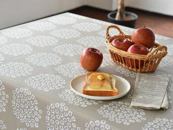 """小さな花を集めたブーケのようなデザインが特徴の、""""PUKETTI(プケッティ)""""柄テーブルクロスです。撥水加工が施されている生地なので、水や汚れをしっかりと弾いてくれるのが特徴。"""