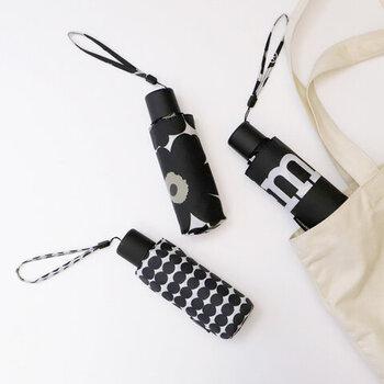 「MINI UNIKKO」と「RASYMATTO」デザインをあしらった、マリメッコの折り畳み傘です。モノトーンカラーなので、大人女子にもぴったりなデザイン。3段階に伸縮でき、コンパクトに収納できるので毎日持ち歩きたくなりますね。