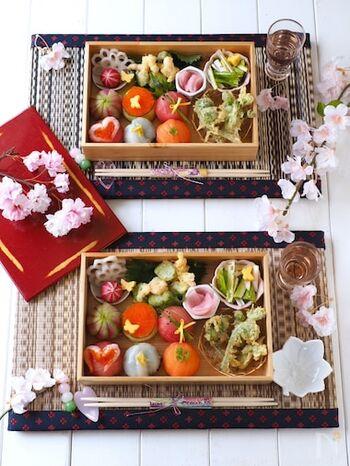 多品目のお弁当は、料理の味付けや色合いのバランスが重要。コクのある味と薄味のものをほどよく合わせ、同じ色が偏らないように彩りよく仕上げましょう。