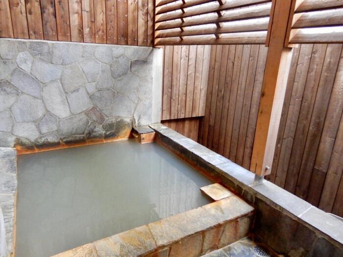 大地から湧き出る石油系の温泉は白濁色で、肌に優しくとろみがある泉質。アトピーや乾燥肌などの皮膚疾患に有効と言われ、油が浮いた湯の花を患部に付けるとより効果を実感するとのこと。メタケイ酸も含まれているので、肌の新陳代謝を促すエイジング効果や、身体を芯から温めるので冷え症にも効果的です。川島温泉の男湯女湯は毎日入れ替わり、露天風呂も楽しめます。