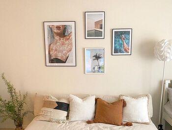 部屋のテーマを決めて、ポスターやアートを選んでみるのもひとつの手です! こちらの部屋はアメリカ西海岸をイメージして、アートやファブリックを選んだのだそう。自分が旅行した場所や、好きな映画のワンシーンなどを思い出しながらアイテムを選べば、リビングで過ごす時間がちょっぴり特別なものになるかも!