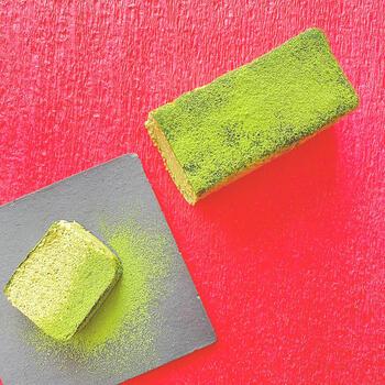 """鮮やかな緑色が美しい抹茶は、卸値で1kg10万円の手摘み有機高級抹茶をふんだんに使用。さらに""""追い抹茶""""も付いているので、食べる直前に振りかけるとさらに豊かな香りを楽しめます。目でも舌でも楽しめる贅沢な和風チーズテリーヌを味わってみませんか?"""