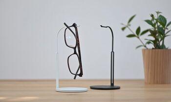 扱いに困るメガネをぶらりと下げてコンパクトに管理できるスタンドです。メガネを掛ける部分にはチューブが付けられていて、傷付けずに下げられます。土台の部分は牛革が貼られていて、上質な大人っぽさがあります。