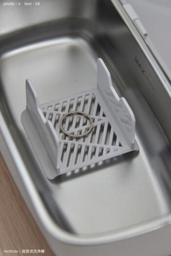 小物用のトレイも付いていて、メガネ以外の洗浄もお任せできます。宝石の付いていないリングやブレスレット、ネックレスなどの洗浄も、超音波の力で細かな細工部分もスッキリ洗い上げてくれます。