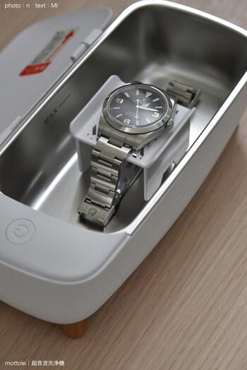 小物用のトレイは、ひっくり返すと腕時計のベルト洗浄トレイになります。金属のベルトは意外と汗やほこりが隙間に入り込んで汚れていますよね。目に付きやすい手元だから、キレイにお手入れできれば気持ちもスッキリ。
