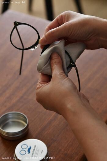 気温差で現れるメガネのくもり、対策ができればもっと快適にメガネライフが送れること間違いなしです。こちらのクロスは使い捨てではなく、繰り返し使える商品です。約300回使用できます。