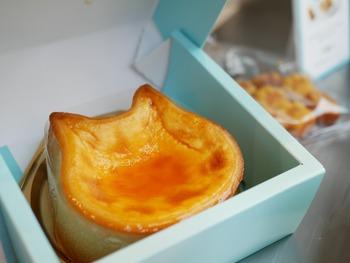 「ねこねこチーズケーキ」は、ねこねこ食パンで有名オールハーツ・カンパニーの新スイーツ。淡いブルーの箱を開けると、かわいいねこが登場。食べるのがもったいないぐらいのビジュアルですね。