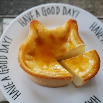 """表面に塗ったつややかな自家製アプリコットジャムが、熟成チーズの旨みを引き出しています。生地に使われるチーズの5%には、""""チーズの王様""""と呼ばれるブリー・ド・モーが入っていて風味抜群。盛り付けにもこだわって、おうちカフェを楽しみましょう。"""