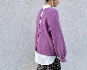 前と後ろ、どちらでも着れるデザイン。インナーに白を着る事でキレイめカラーとデザインが引き立ち、印象的な後ろ姿に。