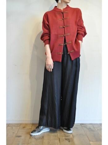 真っ黒なワイドパンツに真っ赤なチャイナニットが映える原色ソリッドスタイル。かっこいい大人女子コーデにもぜひ挑戦してみたいですね。