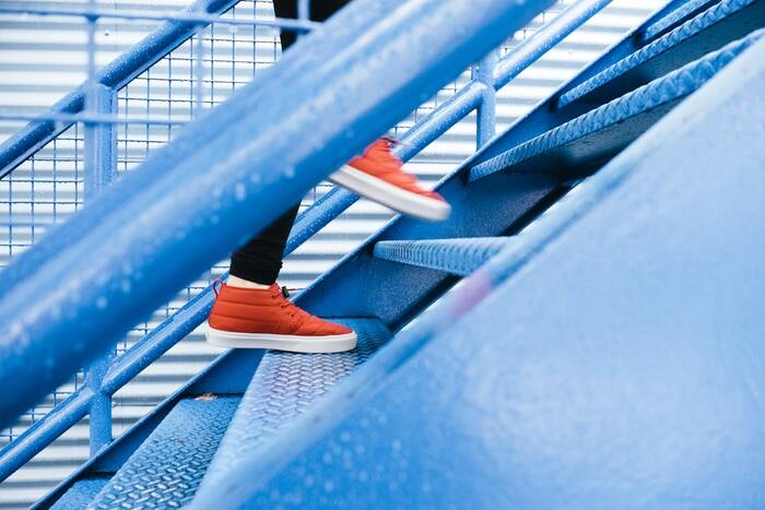 忙しくてウォーキングのための時間を取れない!という方は、通勤通学途中でエレベーターやエスカレーターを使わず、なるべく階段を使うようにするのがおすすめ。日常の動作の中で、歩く機会をなるべく増やすのがポイントです。