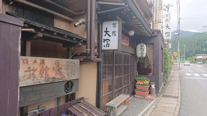 宮城県大崎市の鳴子温泉郷のひとつ東鳴子温泉。源泉かけ流しの風呂が多い、東北の湯治場として知られています。旅館大沼は、7つの内湯と庭園貸切露天風呂があり館内で湯めぐりができるお宿です。