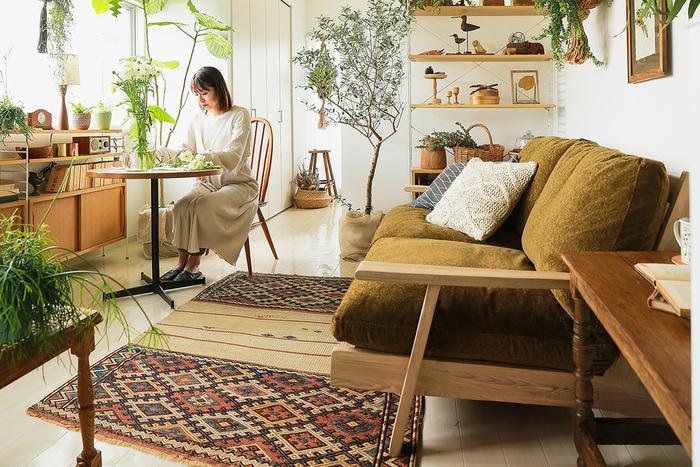 ソファには大きく分けて、床に直置きするタイプのフロアソファと、脚のついたソファの2種類があります。どちらにもメリットがありますが、部屋に抜け感を作りたいときは、脚付きのソファを選ぶのがおすすめです!家具の多い部屋でもすっきりとして見えますよ。