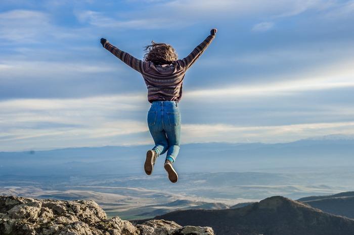外の新鮮な空気を吸い、自然の中を歩くと、それだけで気分転換になりますよね。ウォーキングのような有酸素運動は、「快感ホルモン」とも呼ばれる「βエンドルフィン」を脳内に分泌させます。これにより、疲労感や緊張が和らぎ、ストレスが解消されてやる気が出てきます。また、歩くことで全身の血行が良くなると、脳への血流がアップし、頭がすっきりする効果も期待できるでしょう。