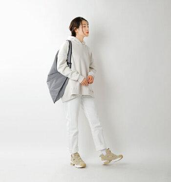 日常着に馴染むクセのないシンプルなデザイン。厚めのソールなので脚長効果も期待できます。仕事やお買い物の帰りに、回り道して歩きたくなる履き心地の良さも魅力です。