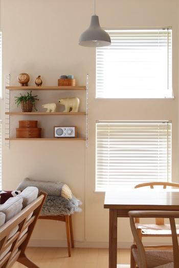 壁に直接取り付けるウォールシェルフのメリットは、床置きのものと違って好きな高さに設置できて自由度が高いところ。デッドスペースを上手に解消しながら、空間を好みのテイストにデザインできますよ。  スチール製のフレーム×木の棚板のシェルフは、リビングにスタイリッシュな印象を与えてくれますね。