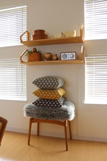 木製のフレーム×木製の棚板では、同じお部屋でも印象が変わります。木の持つ温もりやフレームのまるみが、やさしくあたたかなリビングを演出。こちらのリビングでは、オブジェのテイストも北欧系で揃えたあるので、見る人をほっこりとした気持ちにしてくれますね。