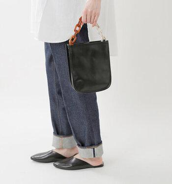 靴・バッグ・ベルト…「黒小物」はどんなバランスが正解?
