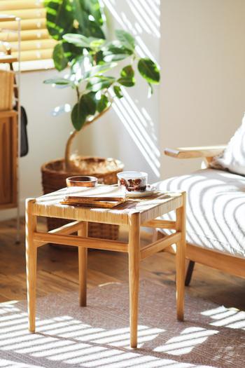 スツールは座るためだけのもの?いいえ、そんなことはありません! こちらは、サイドテーブルとしても使えるデザインのスツールです。読みかけの本やスマホを置いたり、お茶をいただいたりするときにもぴったり!もちろん、腰掛けて使うこともできますよ。