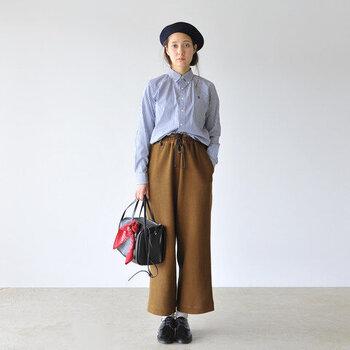 ナチュラルな服装と相性の良いレザーのレースアップシューズ。足元を引き締めつつ、同じ質感のバッグ、同じ系統色のベレー帽で小物を合わせています。バッグに結んだ赤いスカーフが印象的。