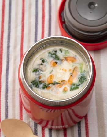 【考案:リュウジ先生】  YouTubeチャンネル「バズレシピ」でお馴染みの料理研究家・リュウジ先生が提案するのは、担担麺のような味わいを楽しめる「坦々風豆腐雑炊」。  ごま油・ラー油の風味がふわっと香る、豆乳・味噌・白出汁のスープが美味。豚挽き肉の旨みも相まって、食欲をそそりますよ◎  崩した豆腐をご飯の代わりにしていてヘルシーなので、たっぷり食べたいですね。