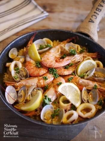 魚介の味を堪能できるシーフードパエリアもフライパンで簡単に♪最初にエビとイカを炒めますが、この時炒めたオイルを後の工程でそのまま使うことが美味しく作るポイントです◎