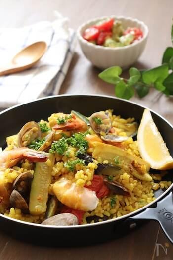 たっぷりの野菜と魚介で満足感のあるカレーピラフのレシピ。ターメリック、クミンパウダー、ガーリックパウダーを使った本格的な味わいが楽しめます。おもてなし料理としても覚えておきたい一品です。