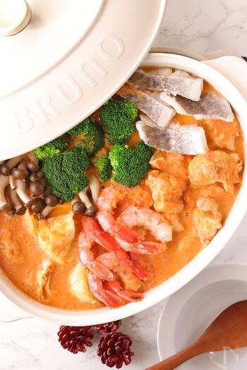 海老が主役のビスク鍋は、海老の頭と殻を砕いて出汁を取ることで濃厚な旨みを逃さずに引き出しています。魚介の濃厚なスープは、飲み干したくなる美味しさ。〆はパスタやリゾットにするのがおすすめです。