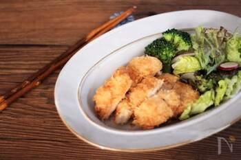 鶏胸肉で作るチキンカツは、水、砂糖、塩を揉み込んでおくことでパサつきのない柔らかなカツになります。シンプルな道具・材料でできるので、準備も後片付けも楽々です!