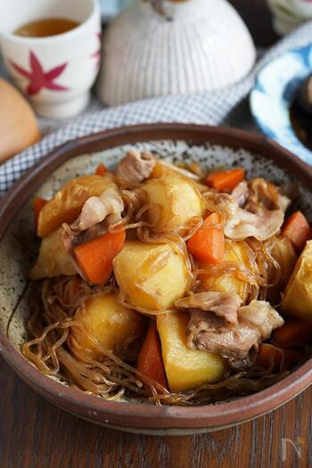 甘辛の味付けがご飯と合う肉じゃがレシピ。まずお肉以外の材料からしっかり煮詰め、後半で生姜すりおろし、水、豚肉を入れて煮込んでいきます。煮込み時間中に他のお料理も同時進行で作れますね*