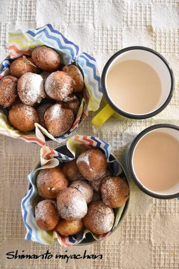 紅茶の香りが上品なドーナツ♪ホットケーキミックス使用なので材料を混ぜて揚げるだけでできます。中にレーズンを入れて、より豊かな味わいに。おやつの時間にぴったりです。