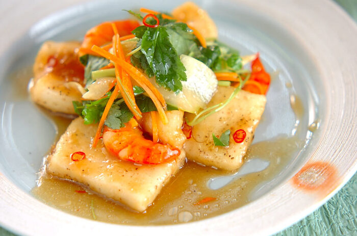 魚介を主役にした南蛮漬け。カラッと揚げた海老とイカに甘辛だれをよく絡めています。野菜を入れると食感よく色鮮やかに。甘酸っぱい南蛮漬けはお箸が進みます。