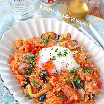 「あさりとソーセージのトマトリゾット」は、食べやすい味付けで、家族みんなで楽しめます◎お米が好みの固さになったら完成!最後に温泉卵をのせると美味しさがさらにアップします♪