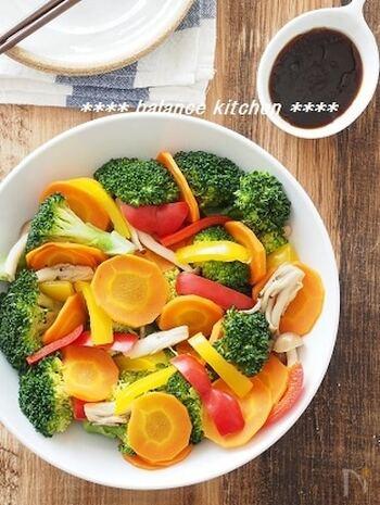 調理時間10分の簡単蒸しサラダ!野菜は蒸すとビタミンの損失を防ぐことができ、旨味も凝縮されます♪野菜をたくさん食べたい時にオススメのレシピです。彩りも鮮やかなので、食卓が華やかになります*